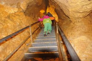 Auch in der Höhle ist die Icepeak Kinderjacke Sarla KD sofort zu sehen.  Foto (c) Kinderoutdoor.de
