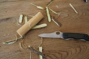 Entfernt zuerst die Rinde vom Hollunder bevor Ihr die Löcher bohrt. Foto (c) Kinderoutdoor.de