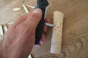 Nun bohrt die Löcher für den Teesieb.  Foto (c) Kinderoutdoor.de