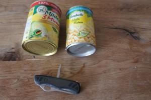 Hier ist das Material für unseren Outdoor Kocher: Zwei Konservendosen und ein Taschenmesser mit Ahle.  Foto (c) Kinderoutdoor.de