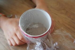 Nun spannt die Folie um den Boden der Konservendose. Die Linse unserer Unterwassserlupe. Foto (c) Kinderoutdoor.de