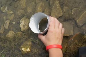 Die ersten Versuche mit der Unterwasserlupe in einer Flachwasserzone.  Foto (c) Kinderoutdoor.de