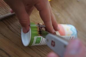 Nun schneidet Ihr das Gehäuse für unser Kinderspiel aus.  Foto (c) Kinderoutdoor.de