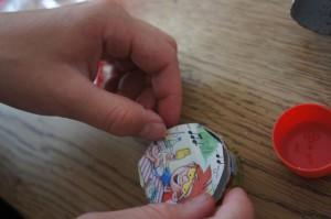 Jetzt das Bild in die Papprolle einkleben.  Foto (c) Kinderoutdoor.de