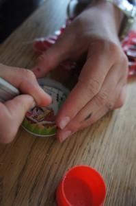Nun ein kleines Loch im Kinderspiel freischaben. Dort hinein gehört die Kugel. Foto (c) Kinderoutdoor.de