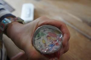 Kugel rein, Folie drauf und mit dem Gummi fixieren.  foto (c) Kinderoutdoor.de