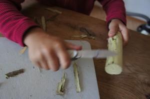 Das Astholz entrinden. Der erste Schritt in Richtung Fahrtenmesser.  Foto (c) Kinderoutdoor.de