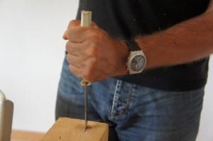 Nun klopft Ihr vorsichtig den Griff auf das Fahrtenmesser.  Foto (c) Kinderoutdoor.de