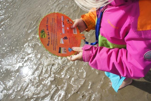 Interessanter als mit dem Handy die Tiere im Watt zu bestimmen ist die Naturforscher Drehscheibe von Coppenrath.  Foto (c) Kinderoutdoor.de