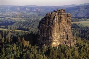 Der Falkenstein in der Sächsischen Schweiz hat Kletterrouten für jedes Können. Na ja, fast jedes.... Foto: Falkenstein © Creative commons BY-SA 3.0