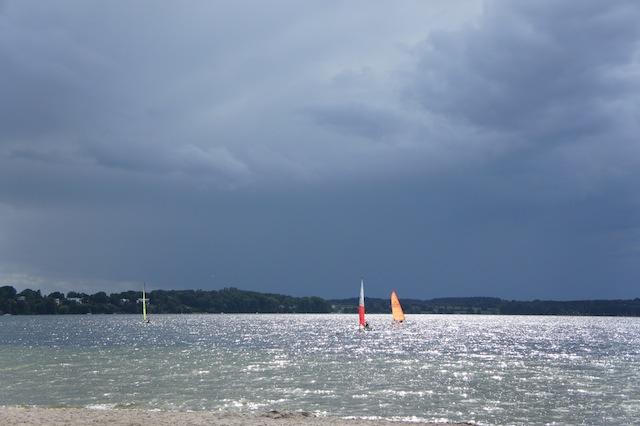 Perfektes Outdoorer-Wetter am Plöner See. Zum Glück ist der Kinderwagen Bob Revolution Pro seefest. foto (c) kinderoutdoor.de