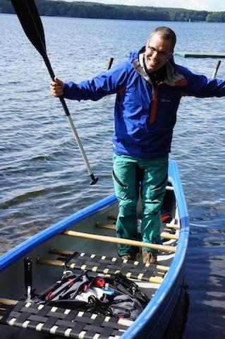 Klein zusammengefaltet passt der Kinderwagen Bob Revolution Pro in das Kanu. Weil er nur 12,8 Kg leer wiegt, bekommt das Kanu keinen erheblichen Tiefgang.  foto (c) kinderoutdoor.de