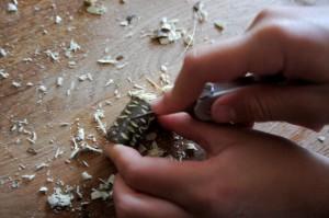 Nun schnitzen Kinder die Verzierungen in die Holzperlen ein.  Foto (c) Kinderoutdoor.de