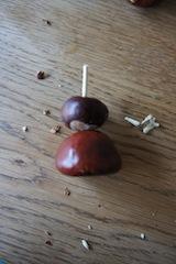 Damit der Kastanienritter auf zwei Beinen steht, stellen wir welche her.  Foto (c) Kinderoutdoor.de