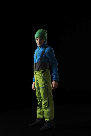 Kinderkleidung im Winter: Ganz schön grün! Mit den Lofoten Pants ist Wintersport eine heiße Sache.  Foto (c) Norrøna